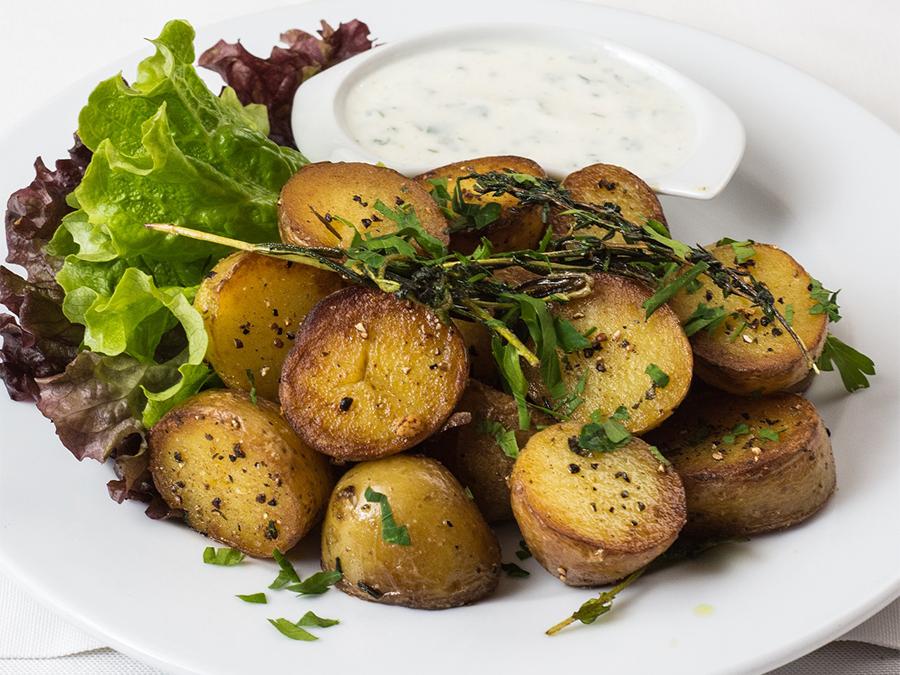 Accesorios para asar patatas en un asador de pollos